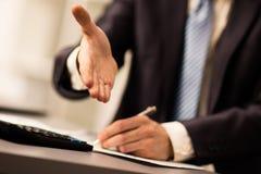 Успешный бизнесмен давая руку Стоковое Фото