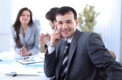 Успешный бизнесмен в рабочем месте Стоковые Изображения