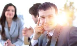 Успешный бизнесмен в рабочем месте стоковые фото