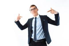 Успешный бизнесмен в стеклах и костюме, гордый человек показывает его стоковое изображение rf