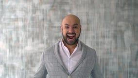 Успешный бизнесмен говоря на умном телефоне празднует хорошие новости на сумраке видеоматериал