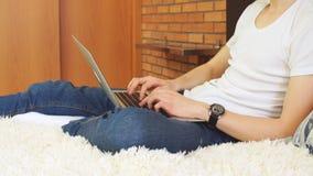 Успешный бизнесмен используя домашний офис живущей комнаты компьтер-книжки дома, профессиональный мужской работодатель получая хо видеоматериал