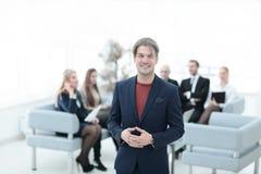 Успешный бизнесмен на запачканной команде дела предпосылки Стоковое фото RF