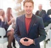 Успешный бизнесмен на запачканной команде дела предпосылки Стоковые Фото