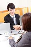 Успешный бизнесмен на интервью тряся руки Стоковые Фото