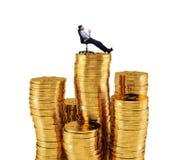 Успешный бизнесмен ослабляя над кучами денег Концепция роста успеха и компании Стоковое Фото