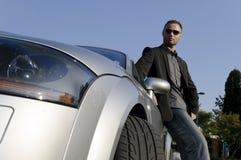 Успешный бизнесмен перед его автомобилем с откидным верхом Стоковое фото RF