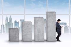 Успешный бизнесмен полагается на диаграмме Стоковое Изображение