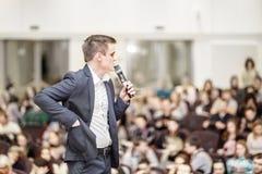 Успешный бизнесмен проводит бизнес-конференцию для прессы Стоковое Изображение RF
