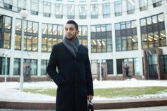 Успешный бизнесмен против стеклянного здания Стоковые Изображения RF