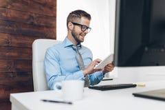 Успешный бизнесмен работая в его офисе стоковые изображения rf