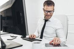 Успешный бизнесмен работая в его офисе стоковые изображения