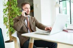 Успешный бизнесмен работая в кафе стоковое фото