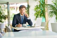 Успешный бизнесмен работая в кафе Стоковая Фотография RF
