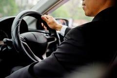 Успешный бизнесмен сидя за колесом Стоковая Фотография RF