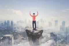 Успешный бизнесмен стоя на горе Стоковое Изображение