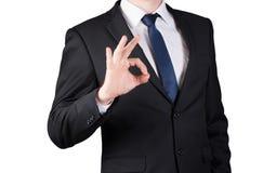 Успешный бизнесмен стоя показывающ О'КЕЫ жест изолированный на белой предпосылке Стоковое Изображение RF