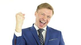 Успешный бизнесмен с оружиями вверх празднуя его победу, богатую акции видеоматериалы
