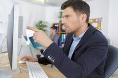 Успешный бизнесмен указывая экран Стоковые Изображения