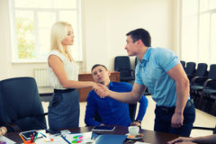 Успешный босс бизнесмена тряся руки с молодым человеком внутри Стоковые Изображения RF