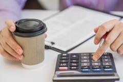 Успешный бухгалтер работая с финансовыми данными в офисе Стоковая Фотография