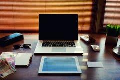Успешный деревянный стол бизнесмена или предпринимателя с аксессуарами стиля и счетами евро Стоковая Фотография RF