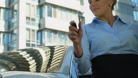 Успешный женский покупая роскошный корабль, поворачивая на приобретение ликования сигнала тревоги автомобиля акции видеоматериалы