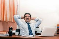 Успешный зрелый мужской бизнесмен на его столе стоковое фото rf