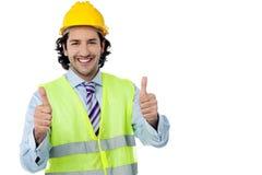 Успешный инженер показывая большие пальцы руки вверх Стоковые Изображения RF