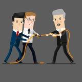 Успешный и мощный бизнесмен состязаясь с бизнесменами группы в сражении перетягивания каната, для руководства или дела Стоковое Изображение