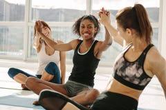 Успешный класс фитнеса делая максимум 5 стоковое изображение rf