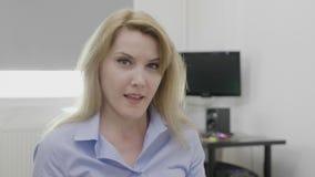 Успешный красивый молодой офис женщины предпринимателя дома указывая большие пальцы руки поднимает утверждение и положительную ко акции видеоматериалы