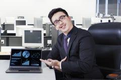 Успешный менеджер с финансовой диаграммой Стоковое Фото