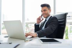 Успешный молодого бизнесмена использует сотовый телефон стоковые фото