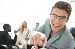 Успешный молодой бизнесмен, указывая на вас стоковое фото rf