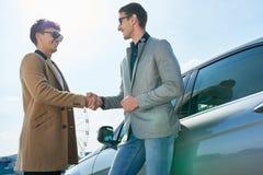 Успешный молодой партнер встречи бизнесмена Outdoors Стоковое фото RF