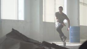 Успешный молодой танцор бедр-хмеля улицы выполняя в тумане r r o акции видеоматериалы