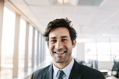 Успешный молодой бизнесмен стоя в офисе Стоковое Изображение RF