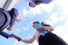 Успешный образованный молодой бизнесмен 3 говоря, трясущ Хан Стоковая Фотография