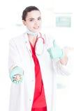 Успешный доктор женщины делая как знак Стоковое Фото
