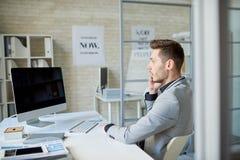 Успешный предприниматель говоря телефоном Стоковое Изображение
