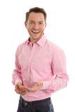 Успешный привлекательный молодой человек в пинке с открытым жестом рукой i стоковое изображение