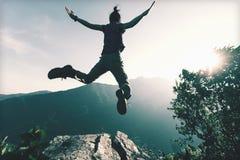 Успешный скакать молодой женщины стоковая фотография