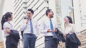 Успешный со счастливыми работниками Успех в бизнесе и концепция команда-победителя стоковое фото rf