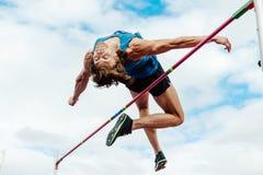 успешный спортсмен мужчины высокого прыжка попытки Стоковая Фотография