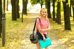 Успешный студент девушки с книгами в парке Стоковое Изображение