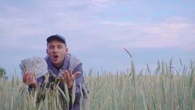Успешный счастливый молодой фермер имеет много деньги Концепция успеха дела в земледелии видеоматериал