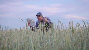 Успешный счастливый молодой фермер имеет много деньги Концепция успеха дела в земледелии акции видеоматериалы