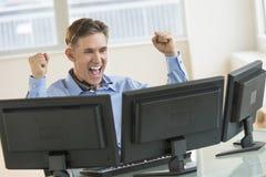 Успешный торговец кричащий пока использующ множественные компьютеры стоковое изображение rf