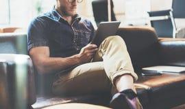 Успешный торговый офис просторной квартиры дизайна интерьера деловых новостей чтения менеджера современный Софа человека расслабл стоковые фотографии rf